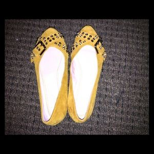 These are mustard yellow studded hot flats🤩